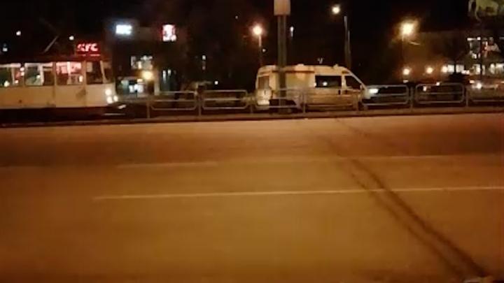 Застрявшая на рельсах скорая остановила движение трамваев на вокзале в Челябинске