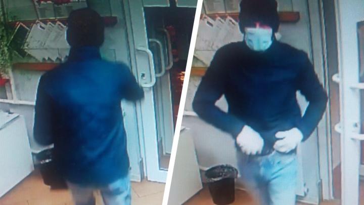 Напал на банк: в Самаре ищут разбойника в медицинской маске