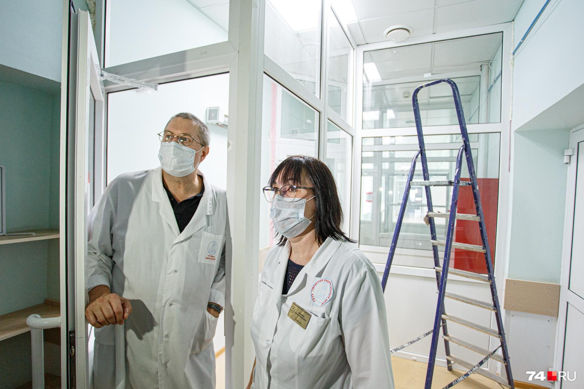 За спиной медиков шлюз — здесь будут обрабатывать сотрудников при выходе из «красной» зоны