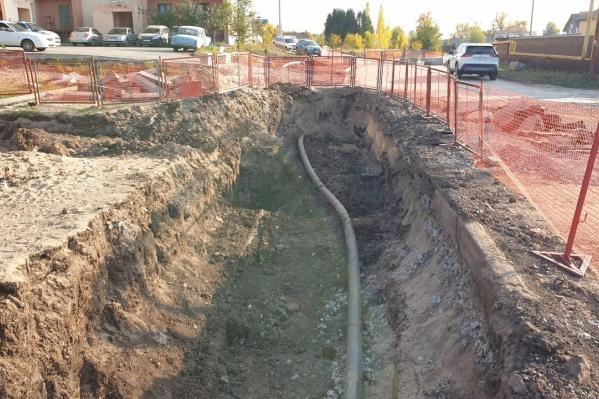 Инженеры огородили участок, на котором идет ремонт
