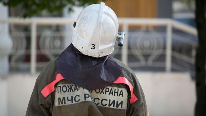 Над Дзержинским районом поднялся столб дыма — на месте работают пожарные