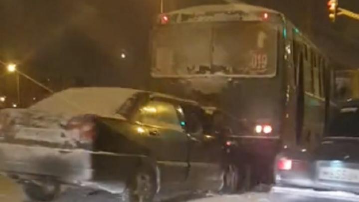 Снег в Екатеринбурге спровоцировал аварии и повышение цен на такси