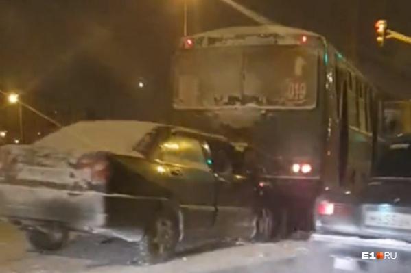 Из-за аварии на Объездной выстроилась пробка
