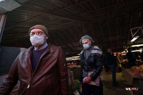 Покупатели в масках — редкое явление для рынка на Возрождении
