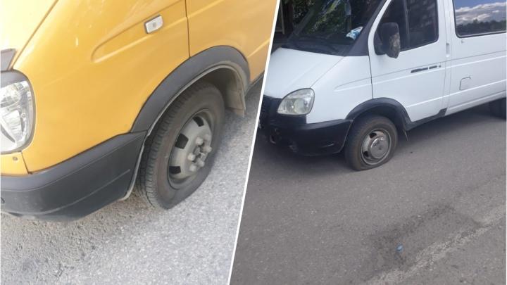 Порезали колёса, забрали телефоны: неизвестные в масках напали на две маршрутки в Новосибирске