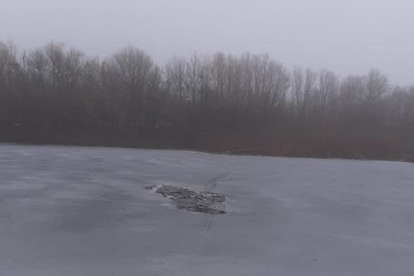 На помощь детям бросился работник шлюза, но тонкий лед не выдержал его веса