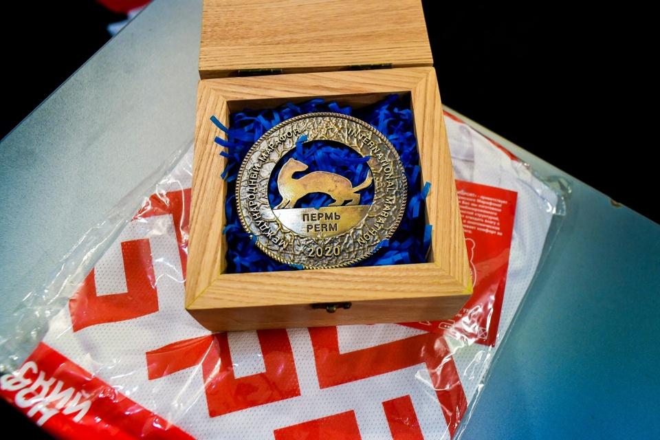 Власти сообщат позже, когда и где можно будет получить настоящие медали. В этот раз на медали изображен горностай. Эскиз делал пермский художник Рустам Исмагилов<br>