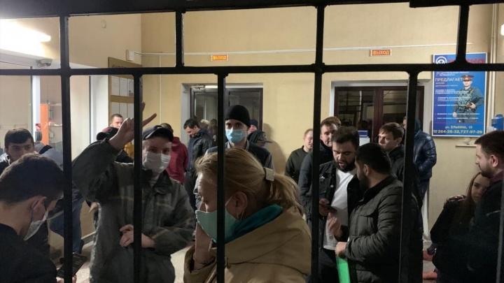 В Челябинске полиция провела массовые задержания гуляющих