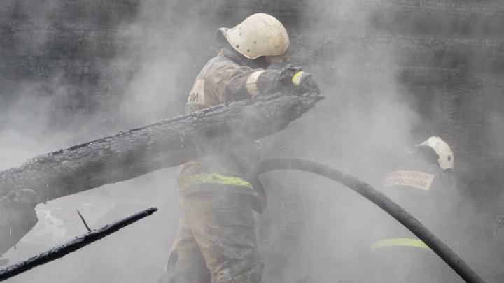 При пожаре в частном доме в Пермском крае погибли три человека