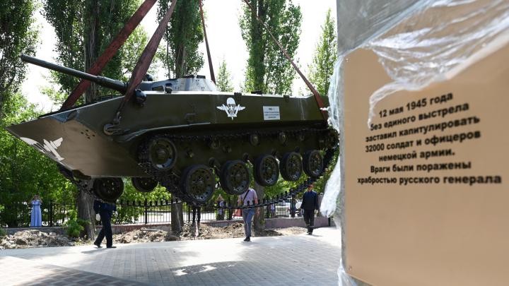 Перекрыли улицу Титова: в Волгограде установили боевую машину десанта в парке Гагарина
