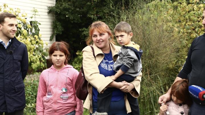 Семья с 12 детьми, которая ютилась в полутора комнатах в уральском селе, переехала в трехэтажный дом