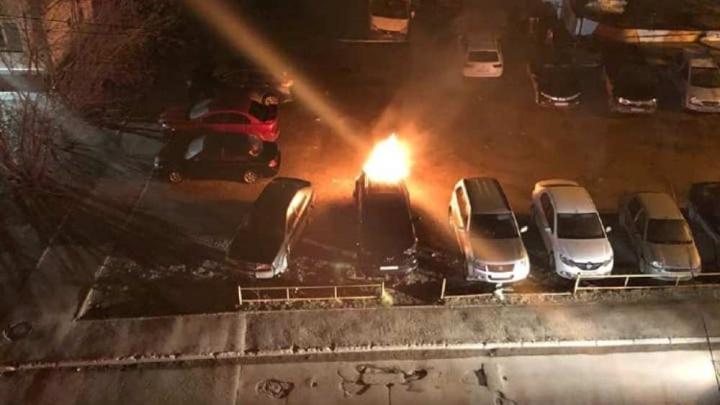 У пермячки сгорела вторая машина за год. Тушить огонь помог проезжавший мимо водитель — тот же, что в первый раз