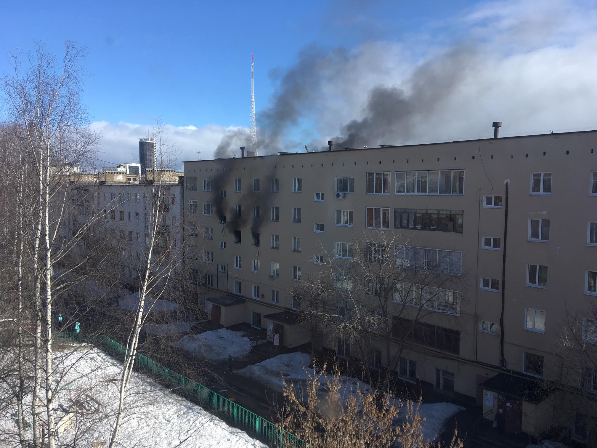 Затем начался пожар и из окон повалил дым