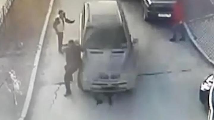 Во дворе на Новой Сортировке BMW сбил мужчину и скрылся. Момент ДТП попал на видео