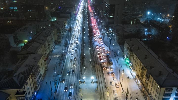 Из-за снегопада Екатеринбург встал в глухих пробках