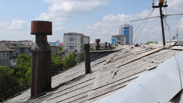 В Зауралье подрядчик для капитального ремонта крыши дома демонтировал кровлю во время дождей