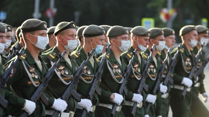 В форме и масках: фоторепортаж с первой репетиции парада Победы