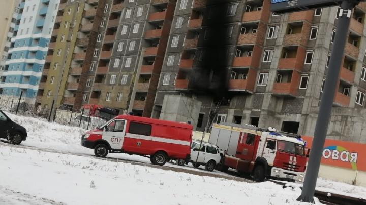 Видео: в строящейся высотке на Тухачевского вспыхнул огонь