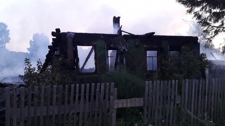 В Тюменской области женщину и троих детей вытащили из горящего дома