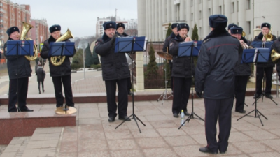 Видео дня. Музыкальные полицейские поздравили нижегородок с 8 Марта