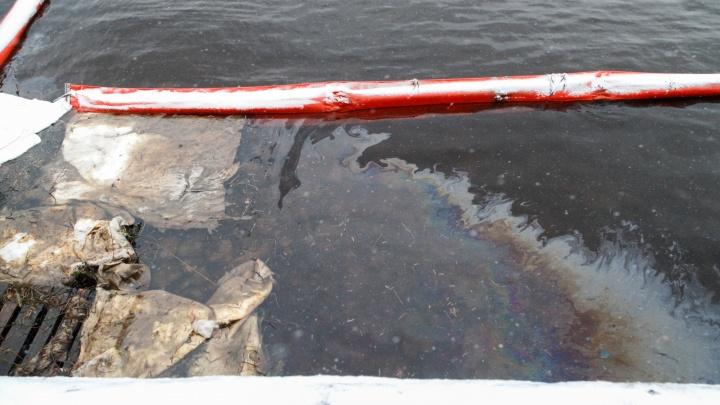 Нижегородские специалисты сняли с поверхности Волги 1800литров нефтепродуктов