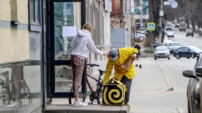 За месяц нижегородцы оставили 1 млн рублей чаевых за доставку еды