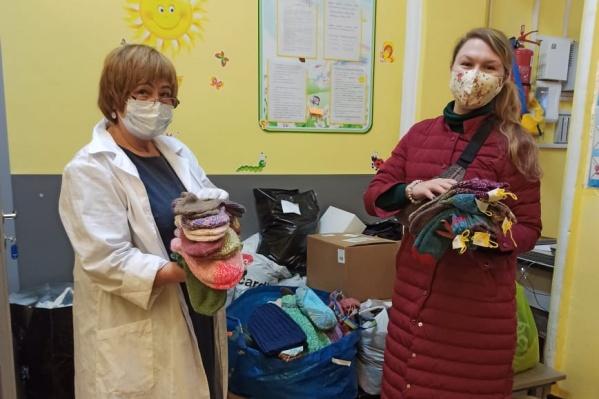 Волонтеры подарили десятки пар носков, а также варежки, шарфы, шапки