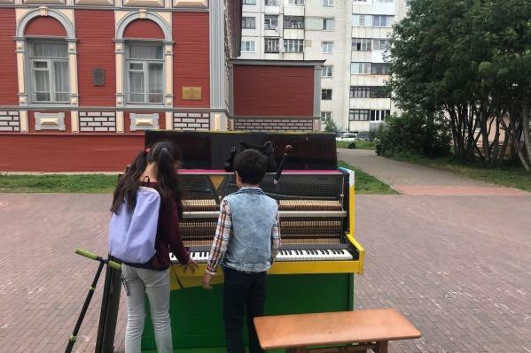 Детям нравится разглядывать инструмент