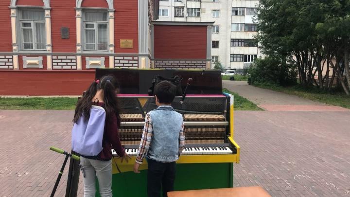 На Чумбаровке в Архангельске появилось разноцветное пианино — видео