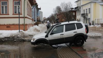 Мокрые улицы: смотрим, как из-за оттепели тонет в лужах Архангельск