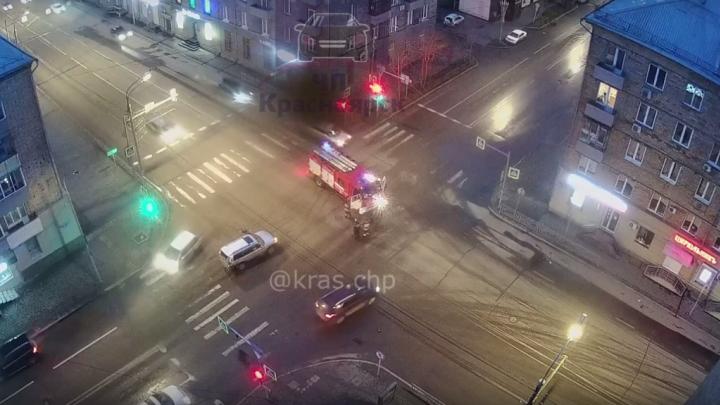Спешащие на вызов пожарные протаранили на перекрестке иномарку