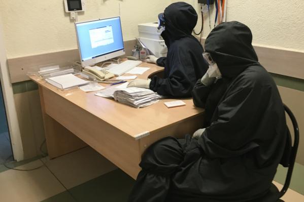 Чтобы не заразиться, врачи работают с COVID-пациентами в защитных костюмах