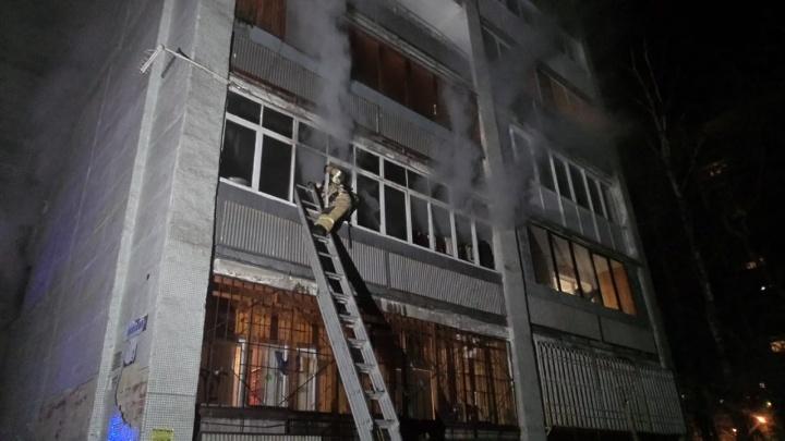 На ВИЗе посреди ночи загорелась квартира в многоэтажке. Двое пострадали, 70 человек эвакуировали