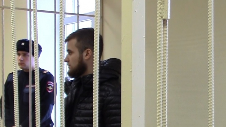 Просился домой к жене и сыну: суд оставил в СИЗО избившего врачей роддома азербайджанца