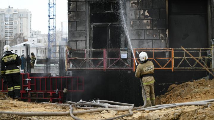 «Подъехать к зданию было невозможно». Пожарные рассказали, как тушили горящую новостройку на Автовокзале