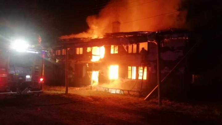 «Видно, что это поджог»: в Екатеринбурге сгорел многоквартирный дом