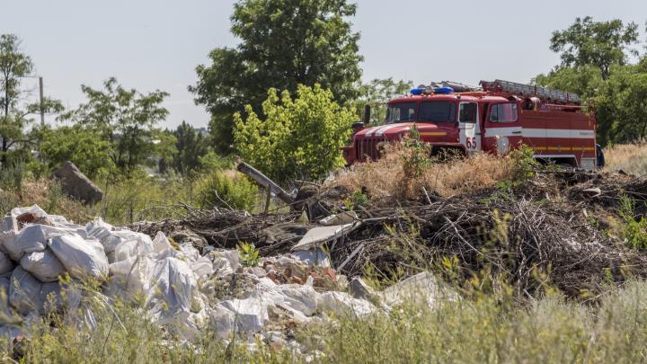 «При попустительстве чиновников»: показываем тлеющую огромную помойку в лесопосадках под Волгоградом