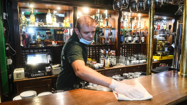 В Челябинске бары и ночные клубы вновь заработали ночью. Что не так с Екатеринбургом?