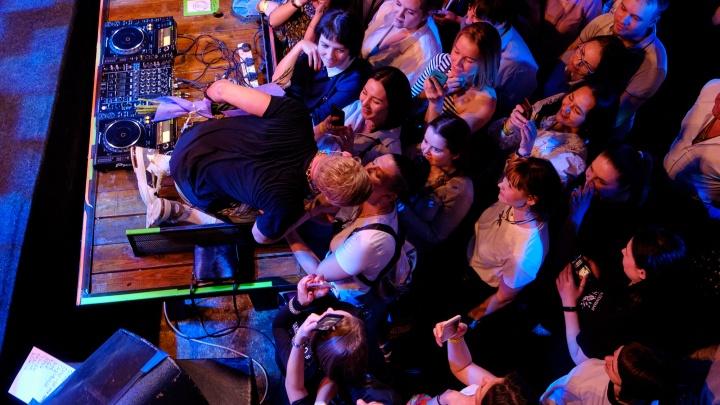 Признался в любви Екатеринбургу и поцеловал поклонницу: фоторепортаж с концерта Мити Фомина