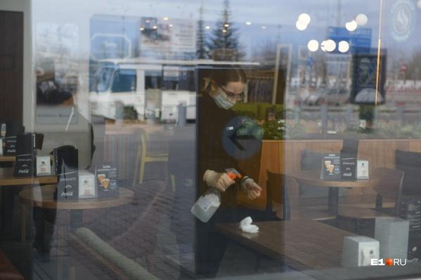 """Сегодня в Архангельской области <a href=""""https://29.ru/text/health/69365773/"""" target=""""_blank"""" class=""""_"""">продлили ограничения до 21 июля</a> — заведения общепита до этого дня по-прежнему не могут принять посетителей"""