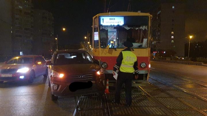 Женщина за рулем Hyundai не уступила дорогу трамваю: в ДТП на Викулова пострадал 4-месячный малыш