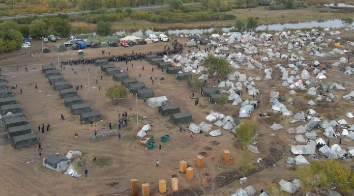 Лагерь со всех сторон окружен металлическими заборами. Попасть в него без разрешения нельзя