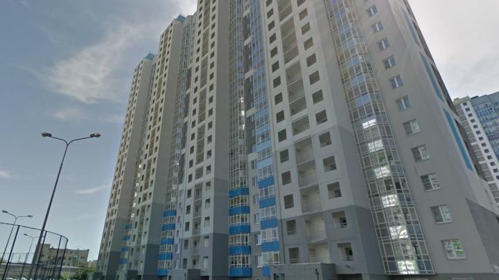 Спецотряд Росгвардии взял штурмом квартиру на ЖБИ, погиб вооруженный мужчина