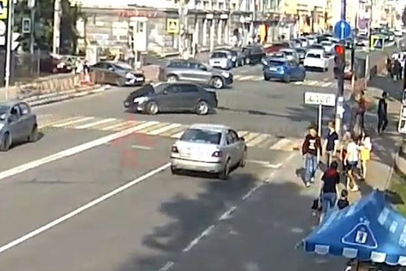 В Ярославле водитель провез на капоте автомобиля судебного пристава