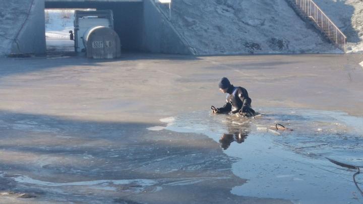 В Самарской области грузовик утонул в луже под мостом: вызывали водолазов