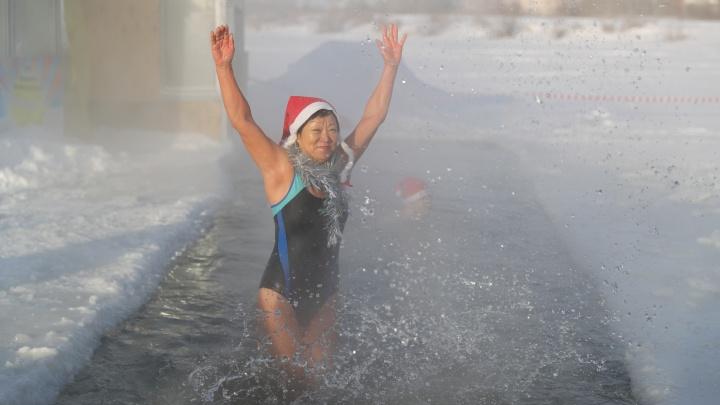 Новосибирские Деды Морозы и Снегурочки искупались в сильный мороз
