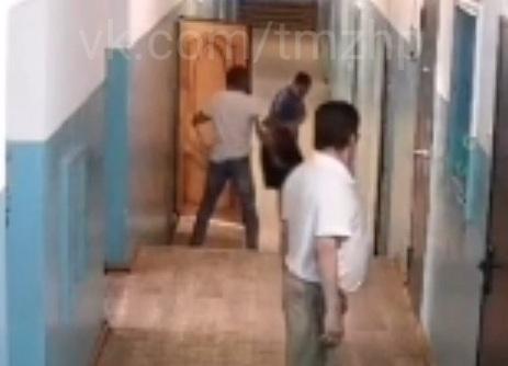 В Башкирии мужчина с ножом убил двоих своих знакомых. Момент нападения попал на видео