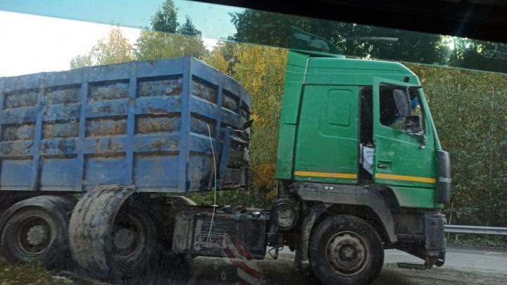 «Над дорогой повисли провода»: в Екатеринбурге грузовик протаранил столб