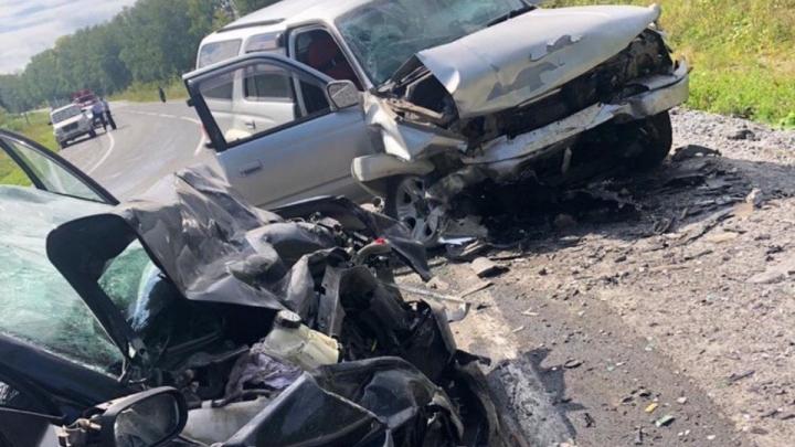 На трассе в Кузбассе две легковушки превратились в металлолом. Один человек погиб, двое пострадали