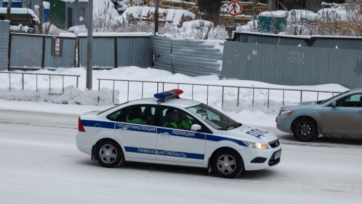 В Тюмени под следствие попали полицейские. Одного поймали на взятке, двоих — за превышение полномочий